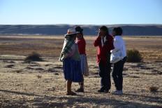 Vrouwen op een hoogvlakte in Bolivia.Een klapband met de bus, in the middle of nowhere. Doorkarren met die handel!