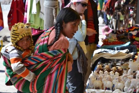 Typisch Bolivia: de gekleurde draagzakken met ofwel handelswaar, ofwel een kind er in.