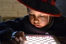 Sandro uit Bolivia heeft nog nooit zoiets gezien: een iPad. Mijn reisgenootjes leren hem schaken, maar hij is zo gefascineerd door de bewegingen op het scherm, dat dat niet lukt.