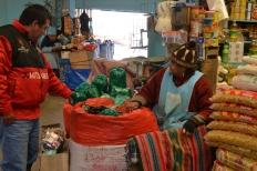 In Peru en Bolivia is het kauwen van coca, de grondstof voor cocaïne, erg gebruikelijk. Op elke hoek van de straat zijn er blaadjes te koop.