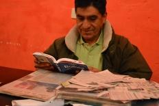 Julio Cesares, oud-mijnwerker in Potosí, Bolivia. Hij vertelt over de mijn die op instorten staat. Ondanks dat werken er nog steeds duizenden mannen onder ruwe omstandigheden.