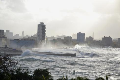 De Malecón, de lange boulevard, stroomt vaak over. De recente reggaeton song 'Hasta que se sece el Malecon' (totdat de Malecon opgedroogd is' zingt over iets dat nooit zal gebeuren. In de trant van: totdat men een ons weegt.