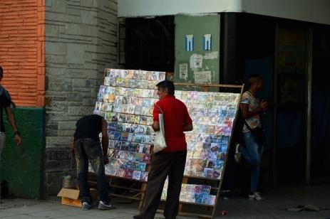 Erg populair in Cuba: gebrande cd's met muziek en films. Binnen kun je de meest recente westerse films en series op de USB-stick laten downloaden via El Paquete.