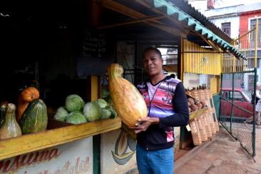 Een pompoen- en calebasverkoper met de grootste calebas die ik ooit gezien heb.