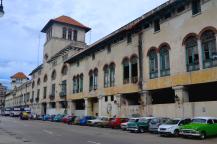 Straatbeeld in het toeristische maar vervallen Habana Vieja, met volop vintage auto's. De glimmende zijn voor de toeristen, de afgeragde voor Cubanen die hem vaak als taxi gebruiken.