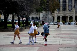 Schoolkinderen. Het onderwijs van Cuba is gratis en staat goed aangeschreven. Toch gaan tegenwoordig veel jongeren niet studeren. De banen die ze erna zouden kunnen krijgen leveren ongeveer een tiende van het salaris in de (ongeschoolde) toeristische sector op.