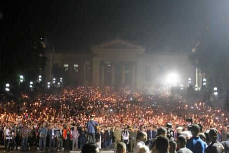 El Día de la Revolución, de dag van de revolutie. Raúl Castro op de voorgrond houdt een praatje en duizenden studenten juichen hem toe. Het is overweldigend.